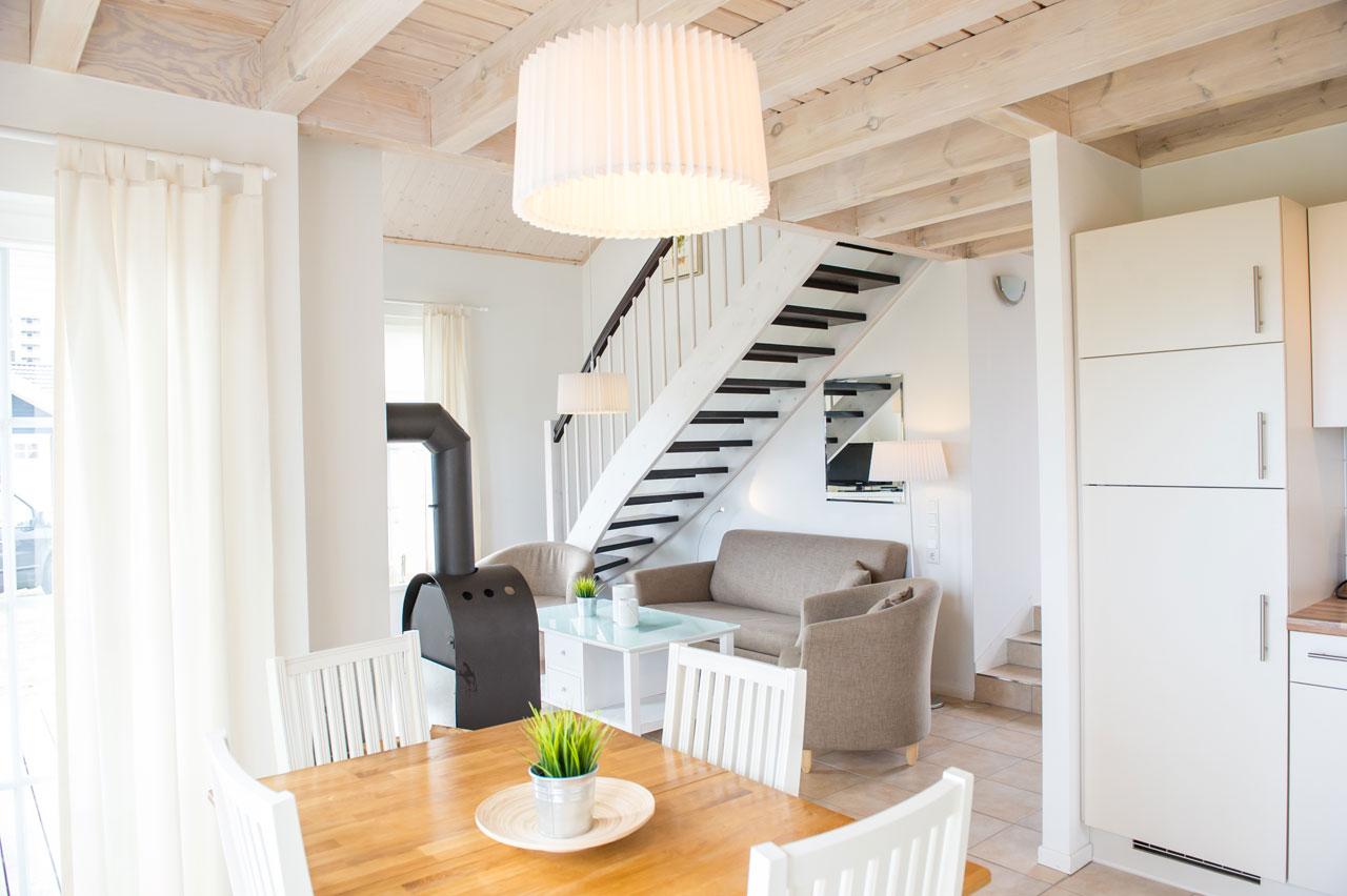 https://www.strandhaeuser-ostseeblick.de/uploads/images/bilder-der-haeuser/fischerhaus-kogge-innenansicht-ostsee-ferienhaus.jpg
